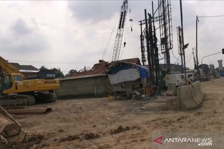 Proses pemasangan Tiang Pancang di wilayah Jalan Raya Bekasi dari gedung Master Steel hingga Grand Cakung, Jakarta Timur, sehubungan proyek Jalan Tol Dalam Kota Sunter-Pulogebang milik Kementerian PUPR, Senin (9/3/2020).