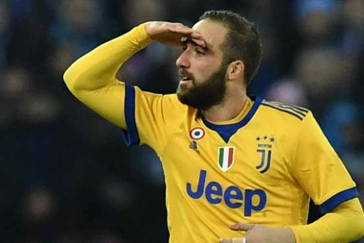 Striker Juventus, Gonzalo Higuain, merayakan gol yang dia cetak ke gawang Napoli dalam laga Liga Italia di Stadion San Paolo, Naples, pada 1 Desember 2017.