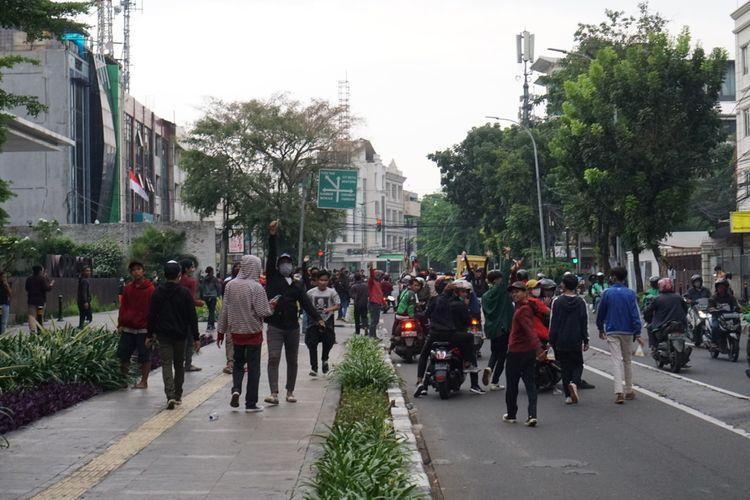 Massa di Jalan Wahid Hasyim, Menteng, Jakarta pada Selasa (13/10/2020) sore setelah dibubarkan pleh anggota TNI.