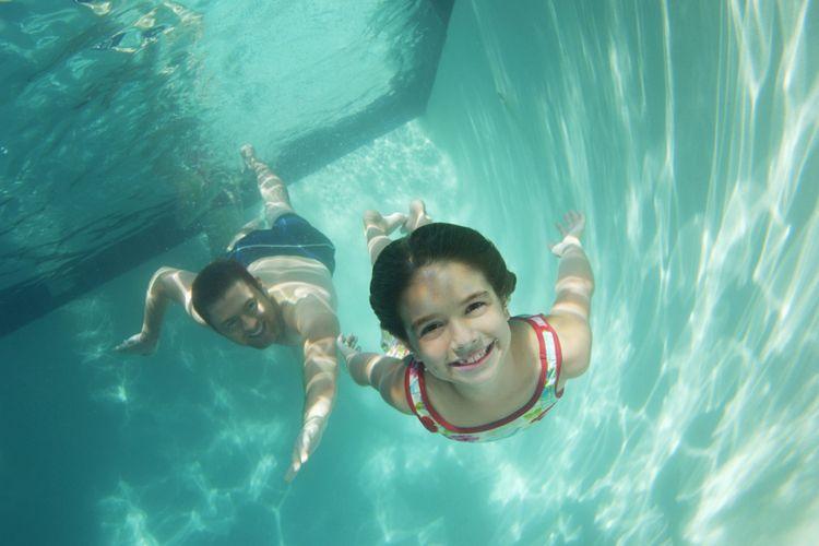 Ilustrasi berenang bersama anak
