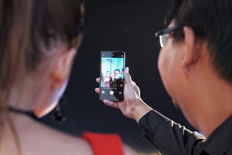 PR Manager Oppo Aryo Meidianto (kanan) menjajal kemampuan selfie Oppo F7 bersama seorang model dalam acara peluncuran Oppo F7 di Mumbai, India, Senin (26/3/2018).