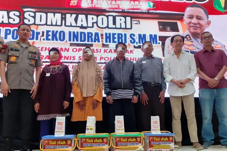 Direktur Sido Muncul Irwan Hidayat dan As SDM Polri Irjen. Pol. Prof. Dr. Eko Indra Heri., M.M. berfoto bersama setelah menyerahkan bantuan kepada pasien operasi katarak gratis.
