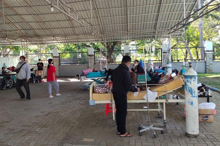 MENUMPUK—Delapan pasien covid-19 terpaksa dirawat di luar tenda darurat di RSUD dr.Hardjono Ponorogo. Di rumah sakit milik Pemkab Ponorogo itu terjadi penumpukan 28 pasien covid-19 yang mengantri di tenda dan luar tenda untuk mendapatkan perawatan di ruang isolasi di rumah sakit tersebut.
