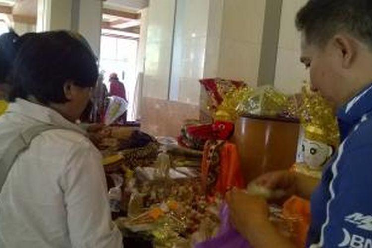 Pedagang kerajinan di Wisata Balaikota sedang melakukan jual beli kepada pengunjung. Banyak terdapat pedagang dari mulai pedagang makanan khas Betawi, kerajinan, dan baju-baju di Lobi Blok G Balaikota Jakarta. Minggu (13/9/2015).