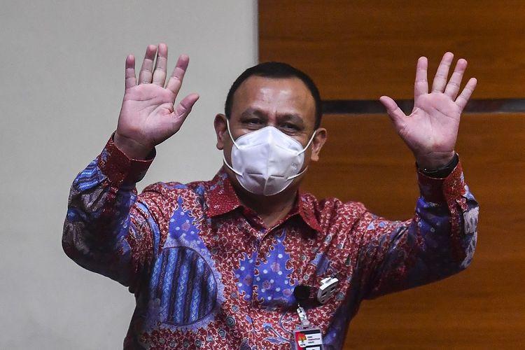 Ketua KPK Firli Bahuri melambaikan tangan sebelum menyampaikan keterangan pers tentang penahanan mantan direksi PT Dirgantara Indonesia (Persero) (PTDI) di Gedung KPK, Jakarta, Jumat (12/6/2020). KPK menahan mantan Direktur Utama PTDI Budi Santoso dan mantan Direktur Niaga Irzal Rinaldi Zailani dalam kasus dugaan korupsi kegiatan penjualan dan pemasaran pesawat PTDI tahun 2007-2017. ANTARA FOTO/Nova Wahyudi/wsj.  *** Local Caption ***