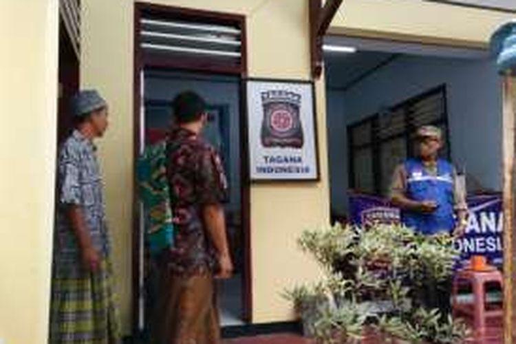 Tiga kepala keluarga eks Gafatar asal Banyuwangi berangkat sholat Jumat bersama petugas di masjid Polres Banyuwangi