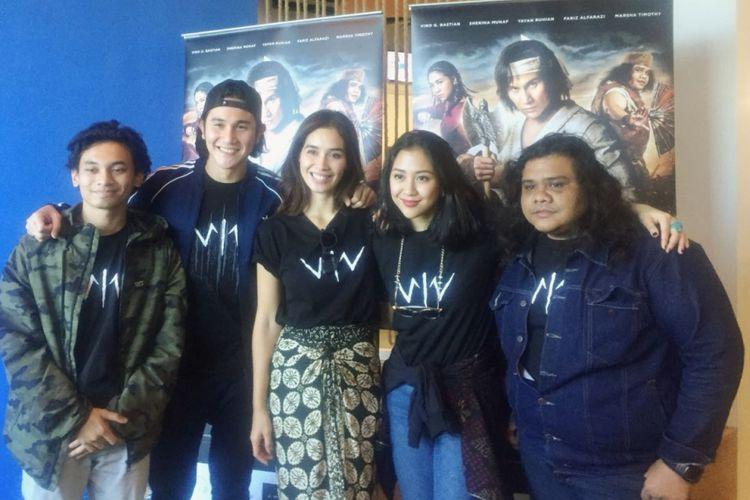 Sebagian pemain film Wiro Sableng, Yusuf Mahardika, Vino G Bastian, Marsha Timothy, Sherina Munaf, dan Fariz Alfarazi (dari kiri ke kanan) berkunjung ke Gedung Tribunnews Solo, Jawa Tengah, Minggu (2/9/2018).