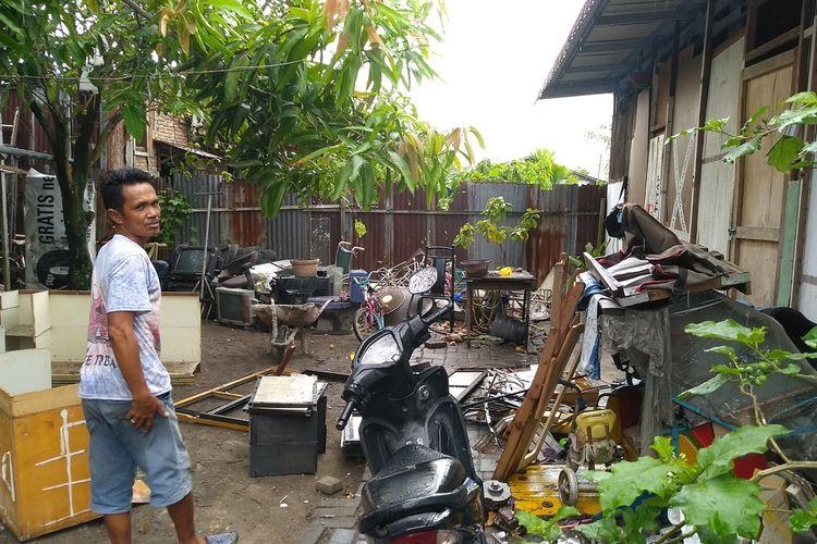 Seorang warga sekitar menunjukkan lokasi penemuan 500 kotak amal, stiker, brosur dan baju oleh tim Densus 88 Anti Teror.