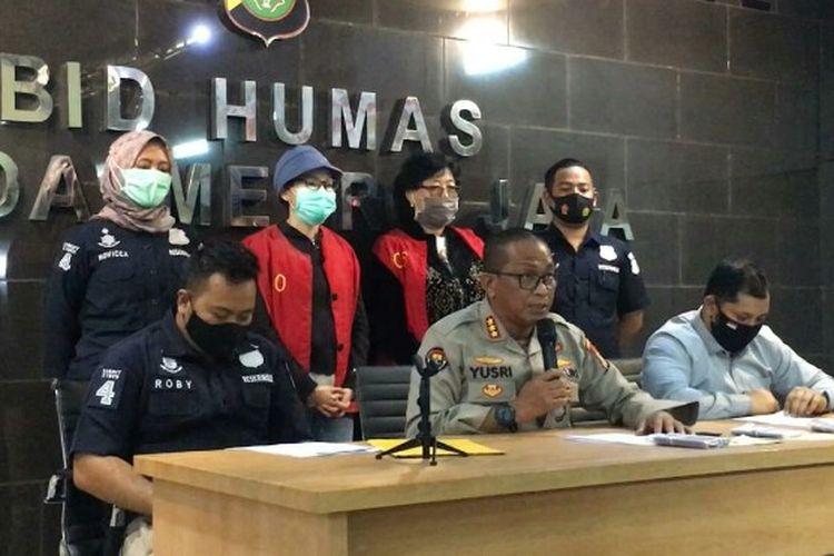 EJ (47) dan KS (67), kedua pelaku yang melakukan pencemaran nama baik Komisaris Utama PT Pertamina, Basuki Tjahja Purnama atau Ahok dalam akun media sosial instagram. Keduanya ditangkap di lokasi berbeda yakni Bali dan Medan, Sumatera Utara, akhir Juli 2020 lalu.