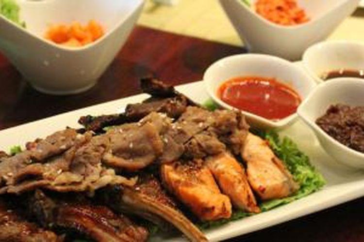 Korean Barbeque lengkap dengan Kimchi di The Cafe, Hotel Mulia, Jakarta.
