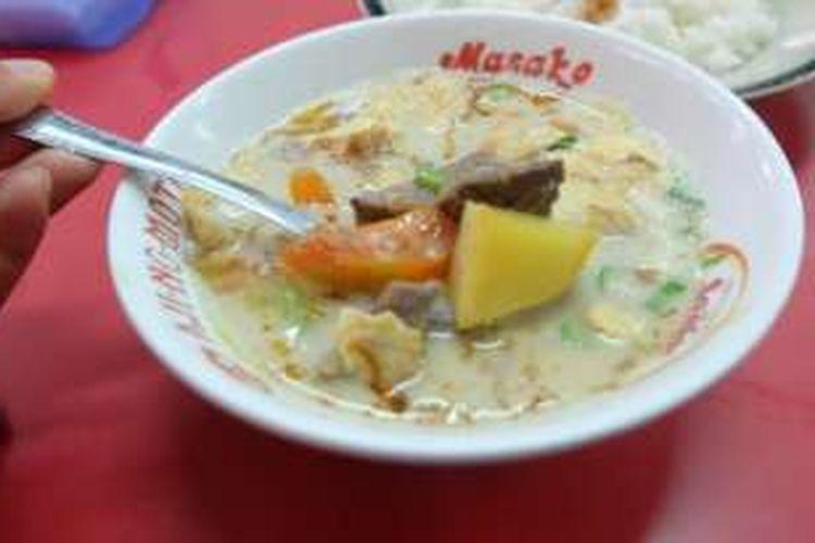 Soto Betawi Afung di Gang Gloria, Glodok, Pancoran, Jakarta Barat, berisi daging sapi, tomat, dan kentang.