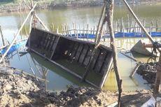 Butuh Belasan Orang untuk Angkat 1 Perahu Peninggalan Zaman Belanda di Bengawan Solo