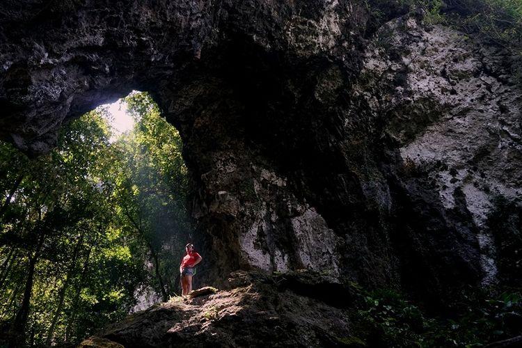 Pemanjat sedang mengamati jalur pemanjatan Tebing Kuta Lingkung, Klapanunggal, Jawa Barat, Sabtu (13/6/2020). Salah satu keunikan Tebing Kuta Lingkung adalah saat matahari hampir berada di titik kulminasinya. Sinar matahari masuk dari balik tebing dan membentuk seperti cahaya surga layaknya di Goa Grubug, Gunungkidul, Yogyakarta.