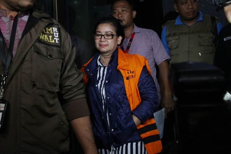 Tersangka pemberian keterangan palsu dalam sidang dugaan korupsi e-KTP, Miryam S Haryani, keluar dari Gedung KPK, Jakarta, memakai baju tahanan usai menjalani pemeriksaan, Senin (1/5/2017). Miryam langsung ditahan KPK usai ditangkap oleh tim dari Polda Metro Jaya saat berada di Hotel Grand Kemang.