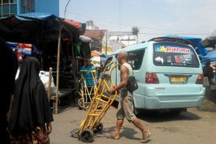 Pasar Tanah Abang yang selalu sibuk, Jakarta (17/6/2013). Terlihat mikolet yang kesulitan dan dengan sangat hati-hati berbelok di antara deretan lapak PKL yang tumpah memakan hampir separuh badan jalan.