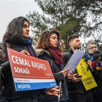 Seorang perempuan memegang papan Jalan Jamal Khashoggi ketika Amnesty internasional berkumpul di depan konsulat Arab Saudi di Istanbul, Turki, Kamis (10/1/2019). (AFP/OZAN KOSE).