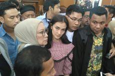(VIDEO) Atiqah Hasiholan Dampingi Ratna Sarumpaet Jalani Sidang Vonis
