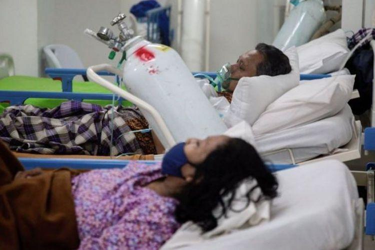 Pasien COVID-19 menggunakan selang oksigen di dalam kompleks Rumah Sakit Darurat Covid-19 Wisma Atlet (28/06).