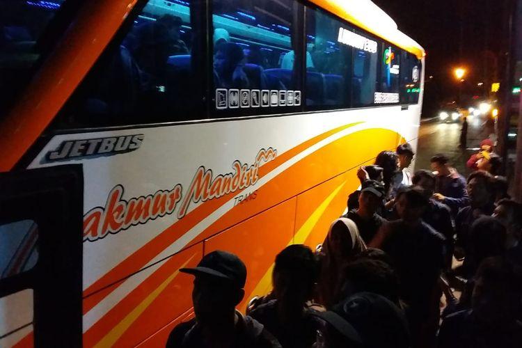Massa mahasiswa dari Universitas Diponegoro (Undip) Semarang, Jawa Tengah, berkumpul di pelataran Gedung Serba Guna (GSG) Undip Tembalang Semarang, Senin (23/9/2019) malam.