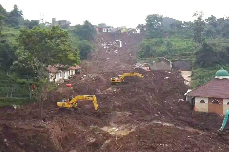 Alam di Desa Cihanjuang, Cimanggung, Sumedang, Jawa Barat rusak berat pasca-longsor yang terjadi Sabtu (9/1/2021).