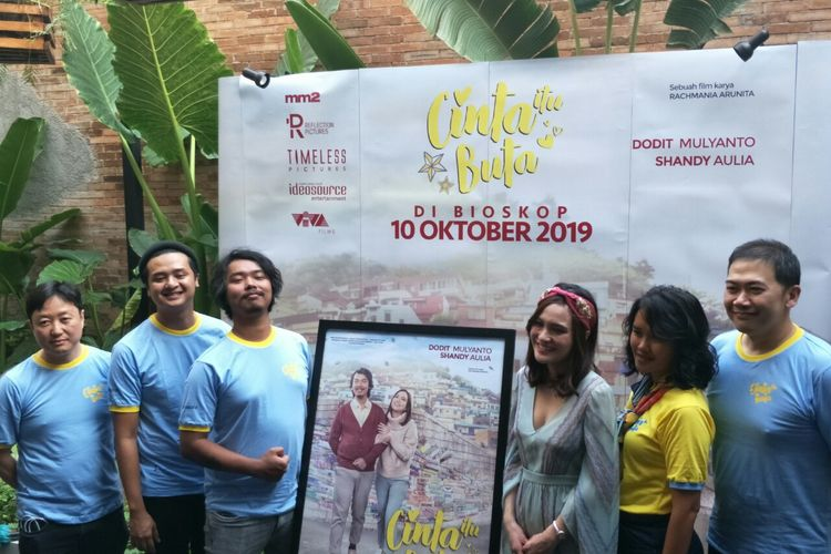 Rilis poster dan teaser film Cinta Itu Buta di kawasan Menteng, Jakarta Pusat, Kamis (29/8/2019). Terlihat di dalamnya Dodit Mulyanto, Shandy Aulia, Rolando Octano, sutradara Rachmania Arunita, dan produser Marsio Juwono.