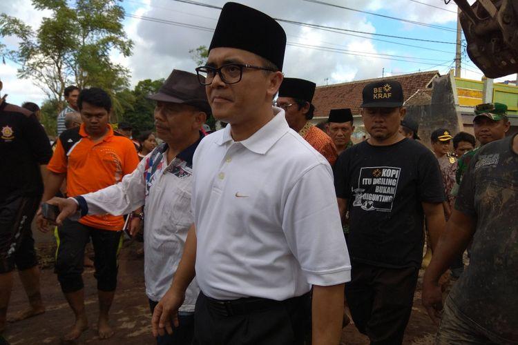 Bupati Anas saat berkunjung ke lokasi banjir bandang desa Alasmalang Banyuwangi Jumat (22/6/2018).