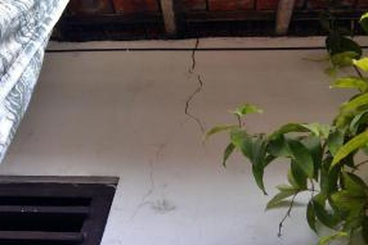 Rumah warga retak akibat pembangunan hotel
