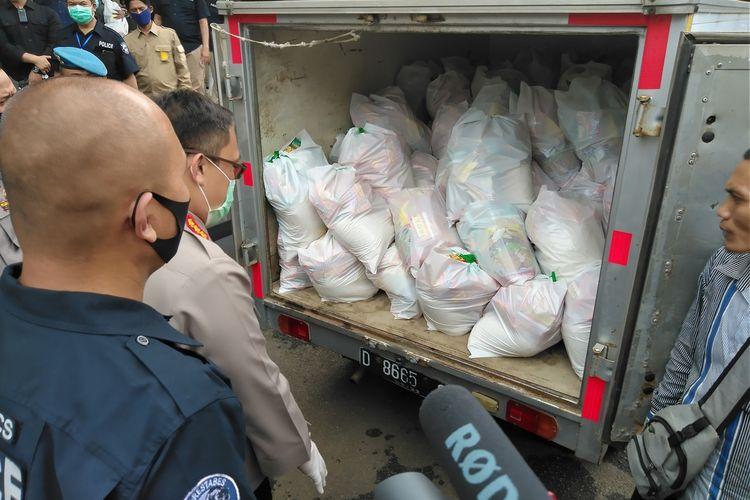 Kapolrestabes Bandung, Kombes Pol Ulung Sampurna Jaya tengah mengecek paket bahan pokok yang didistribusikan ke kediaman Napi yabg bebas dalam program Asimilasi Kemenkumham.