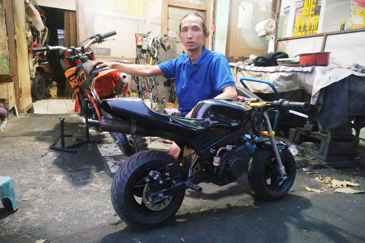 Endang Tirtana pemilik bengkel motor mini dan member Komunitas Motor Mini Indonesia (KOMMI).