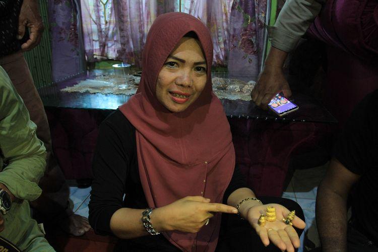 Levi Lestari (30) pedagang emas di Dusun  3, Desa Sungai Jeruju Kecamatan Cengal, Kabupaten Ogan Komering Ilir (OKI),Sumatera Selatan, yang menampung perhiasan serta manik-manik dari warga.