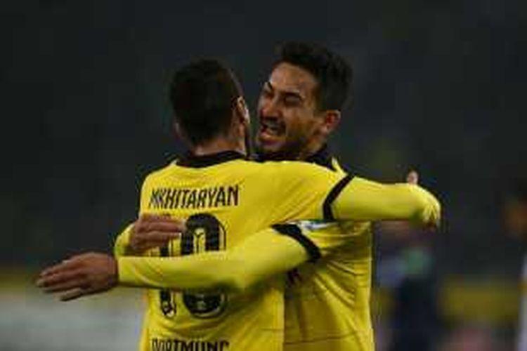 Ilkay Gundogan merayakan gol Henrikh Mkhitaryan saat Borussia Dortmund menang di kandang Moenchengladbach, Sabtu (23/1/2016).