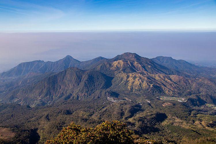 Pemandangan yang Tersaji dari Pos IV Gunung Lawu via Cemara Sewu.
