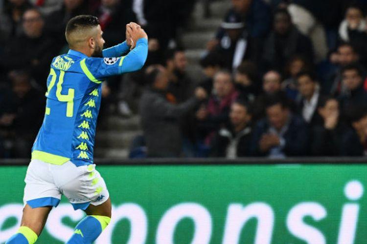 Penyerang Napoli, Lorenzo Insigne, melakukan selebrasi seusai menjebol gawang PSG dalam partai Liga Champions di Parc des Princes, Rabu (24/10/2018)