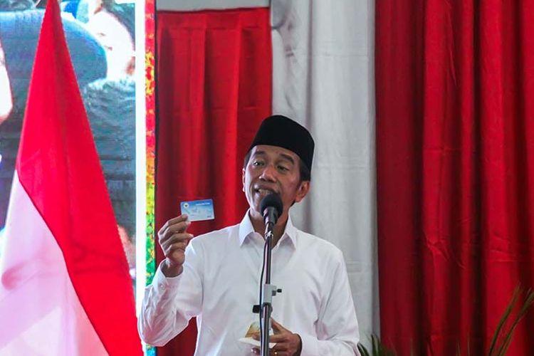 Presiden Jokowi saat menunjukkan kartu pra kerja