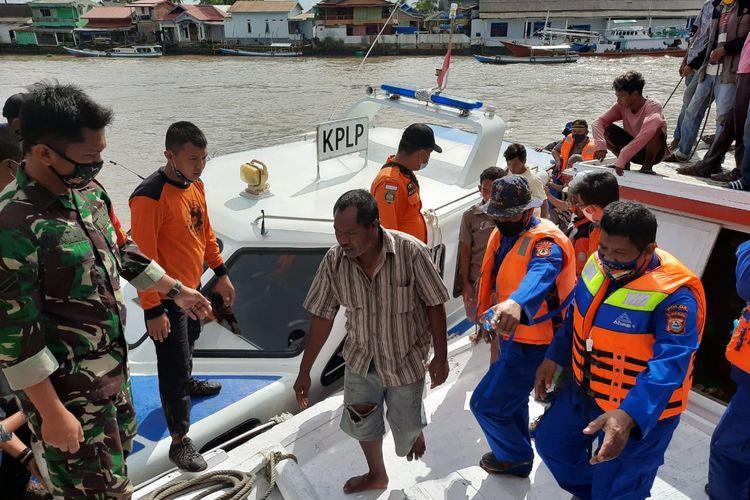 Gabungan Tim SAR  mengevakuasi  empat ABK dan satu kapten yang selamat di Pelabuhan Cappa Ujung Sinjai, Kabupaten Sinjai, Sulawesi Selatan. Sabtu (11/7/2020).