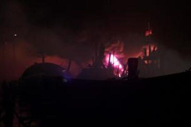 Api membakar sekitar 6 kapal nelayan di Dermaga Pelabuhan Muara Baru, Jakarta Utara, Kamis (15/8/2013) hingga Jumat (16/8/2013) dini hari.