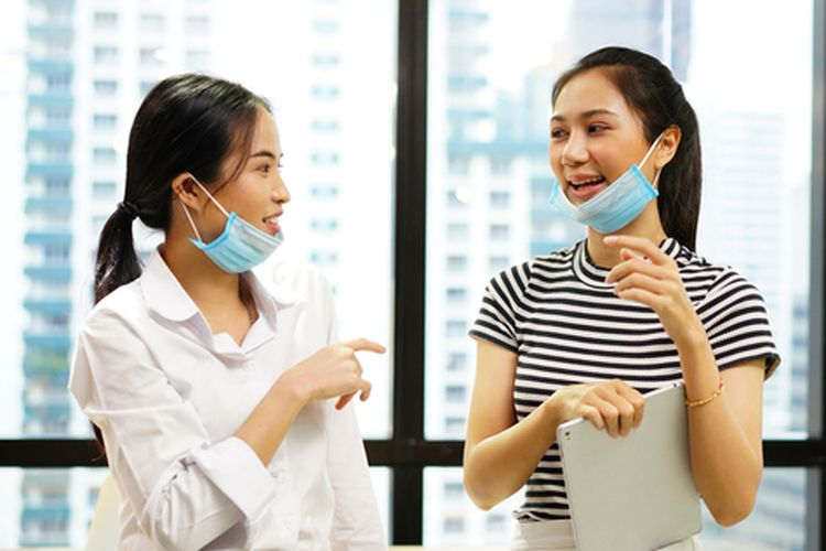 Menurunkan masker ketika berbicara dapat meningkatkan risiko penularan Covid-19.
