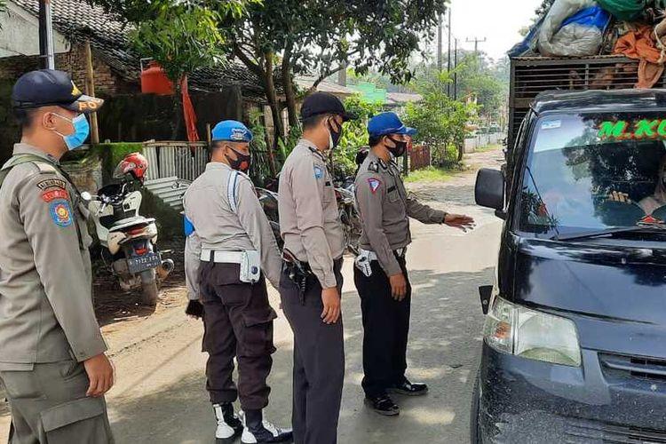 Sejumlah aparat melakukan pengamanan di wilayah Kabupaten Bogor, Jawa Barat, Selasa (20/4/2021).