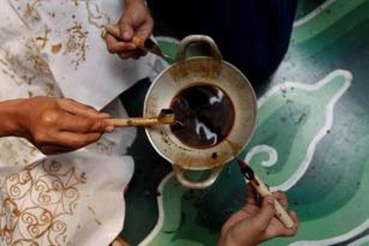 Anggota komunitas Sanggar Batik Setapak berlatih membatik di Palbatu 2, Kelurahan Menteng Dalam, Tebet, Jakarta Selatan, Selasa (2/10/2012). Sanggar yang dikelola secara swadaya ini memiliki sekitar 20 anggota terdiri dari orang tua, remaja, dan anak-anak.