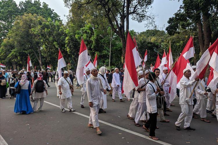 Massa yang berunjuk rasa di depan gedung MK di Jalan Medan Merdeka Barat, Jakarta Pusat, Kamis (27/6/201), mulai membubarkan diri pada sekitar pukul 17.00 WIB.