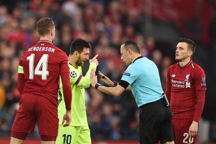 Lionel Messi melakukan protes kepada wasit Cuneyt Cakir pada pertandingan Liverpool vs Barcelona dalam semifinal Liga Champions di Stadion Anfield, 7 Mei 2019.