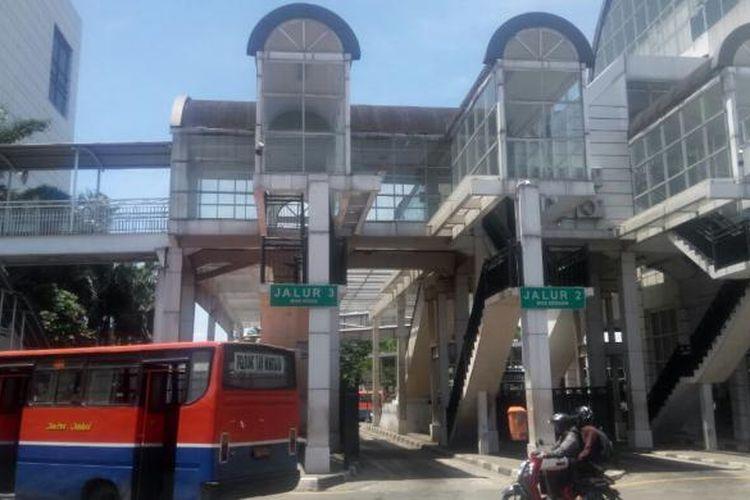 Metro Mini 62 melintasi Terminal Manggarai. Gambar diambil Kamis (19/1/2017).