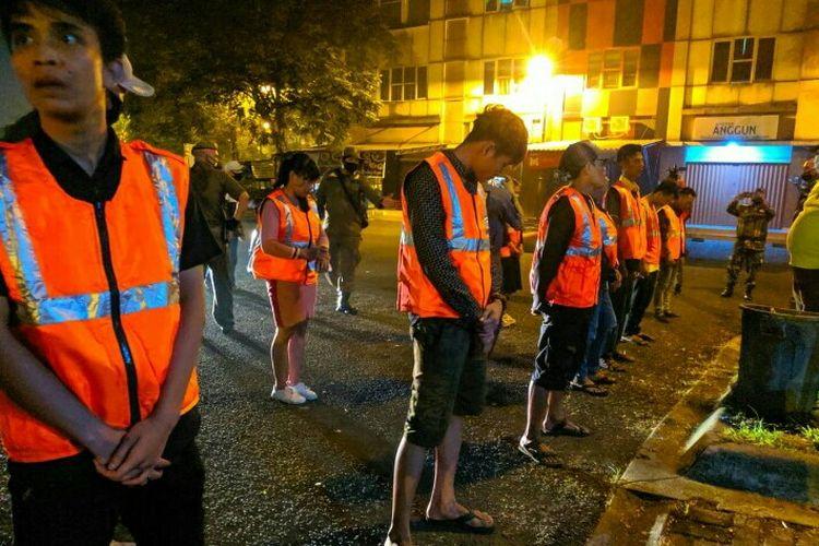 Satpol PP Tangsel memberikan sanksi kepada 12 orang yang melanggar protokol kesehatan ditengah PSBB. Mereka tidak menggunakan masker dan jaga jarak saat berkumpul disebuah rumah makan dan kafe di kawasan Serpong, Tangerang Selatan, Senin (15/6/2020) malam.