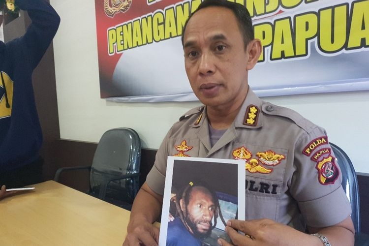 Kabid Humas Polda Papua Kombes AM. Kamal sedang menunjukan foto NW (35 tahun) yang merupakan tersangka pembunuhan Deri Datu Padang di Kabupaten Jayawijaya, pada 12 Oktober 2019, Jayapura, Kamis (17/10/2019)