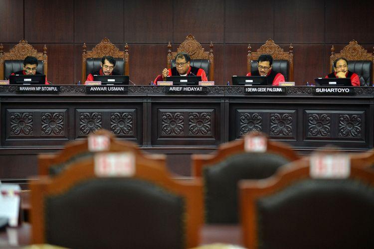 Ketua Mahkamah Konstitusi (MK) Arief Hidayat (tengah) didampingi Hakim MK memimpin sidang dengan agenda pembacaan putusan di gedung Mahkamah Konstitusi, Jakarta, Selasa (10/10). Dalam sidang tersebut Mahkamah Konstitusi memutus lima perkara yakni Pengujian UU tentang Narkotika, pengujian UU No.8 Tahun 1981 Pasal 83 ayat (1) dan Pasal 197 ayat (1) tentang Hukum Acara Pidana, Pajak Daerah dan Retribusi Daerah, Pajak Daerah dan Retribusi Daerah, dan pengujian Pasal 255 ayat (1) dan ayat (2) UU No.17 Tahun 2014 tentang MPR, DPR, DPD dan DPRD. ANTARA FOTO/Wahyu Putro A/kye/17