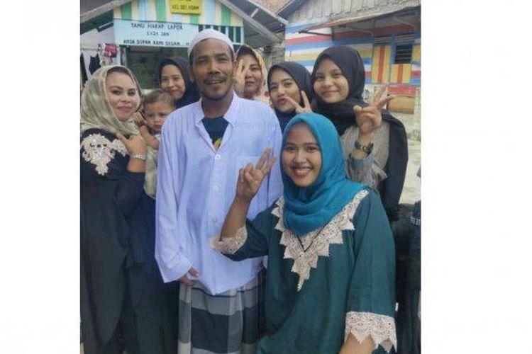 M Nuh eks pemenang lelang motor listrik bertanda tangan Jokowi saat berfoto bersama warga.