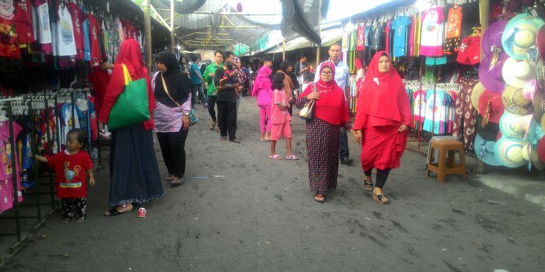 Oleh-oleh khas Pantai Glagah di Kulon Progo yang serba ikan dan udang bisa diperoleh sepanjang jalan masuk, Minggu (4/3/2018). Selain itu, suvenir juga banyak dijual di sana.