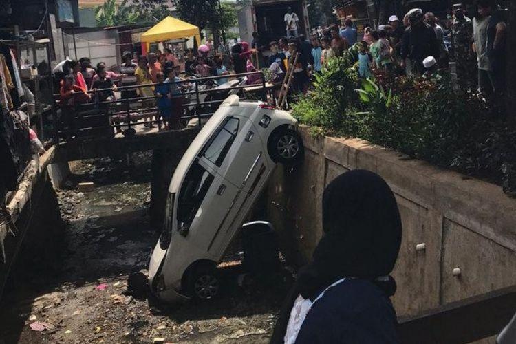 Minibus terperosok ke saluran air di Jalan Mawar Kalisari, Pasar Rebo, Jakarta Timur, Selasa (26/5/2020), akibat pengendara panik.