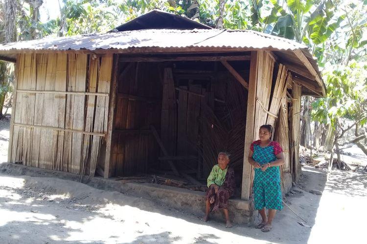 NenekPaulina Poing (79), warga Dusun Gehak Reta, Desa Koting D, Kecamatan Koting, Kabupaten Sikka, Flores, Nusa Tenggara Timur, tengah duduk di serambi gubuknya, Selasa (15/10/2019).
