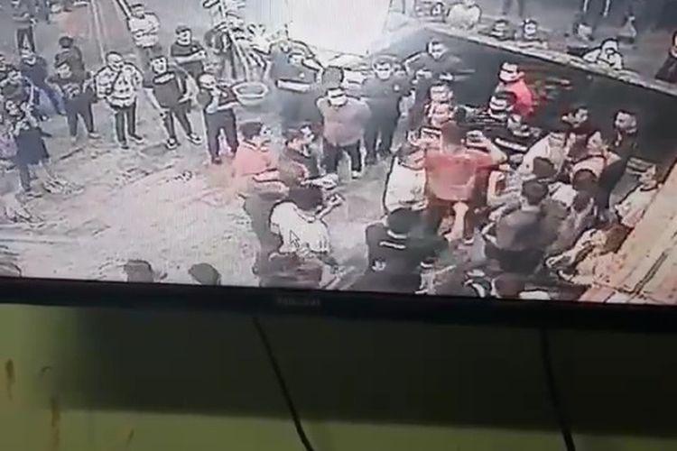 Tangkapan layar video saat keributan di areal parkir di tempat hiburan malam di Medan. Dua orang anggota polisi menjadi korban pemukulan.